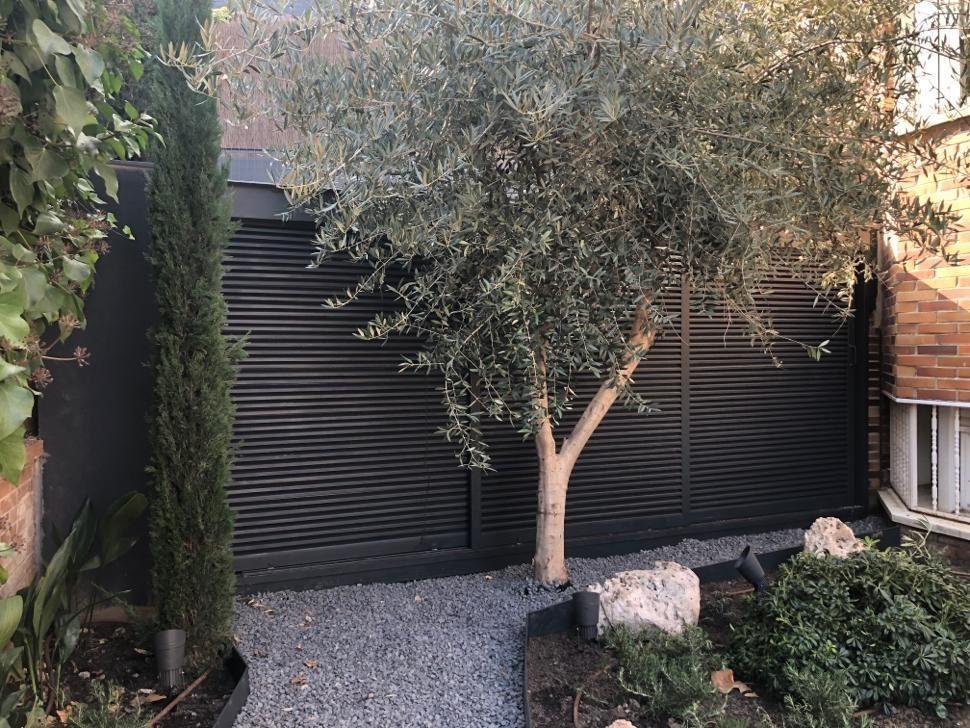 Cuarto de instalaciones y puerta de lamas