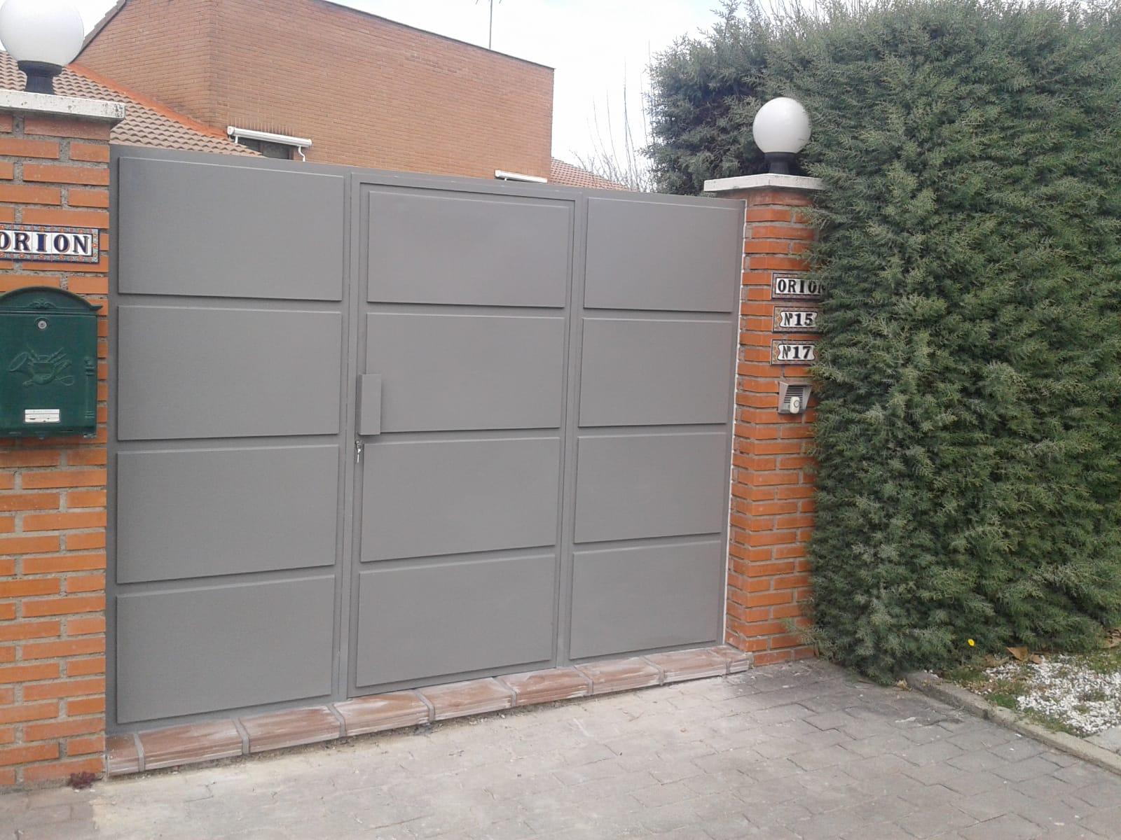 Puerta de acceso a vivienda unifamiliar